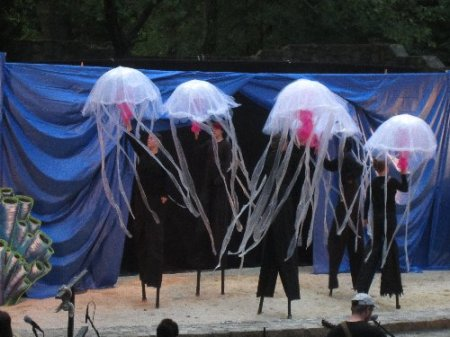 Stiltwalkers portray jelly fish